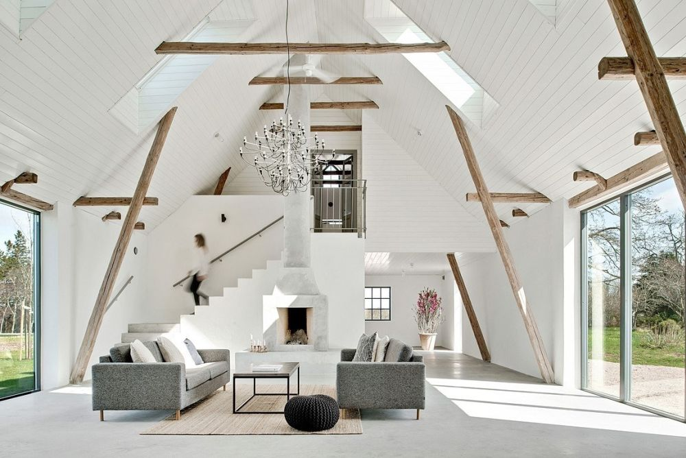 A fireplace highlights the height of the living area and at the same time gives it a warm and cozy look