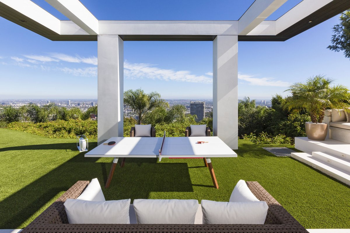 Beverly-Hills-mansion-outdoor-entertainment-area