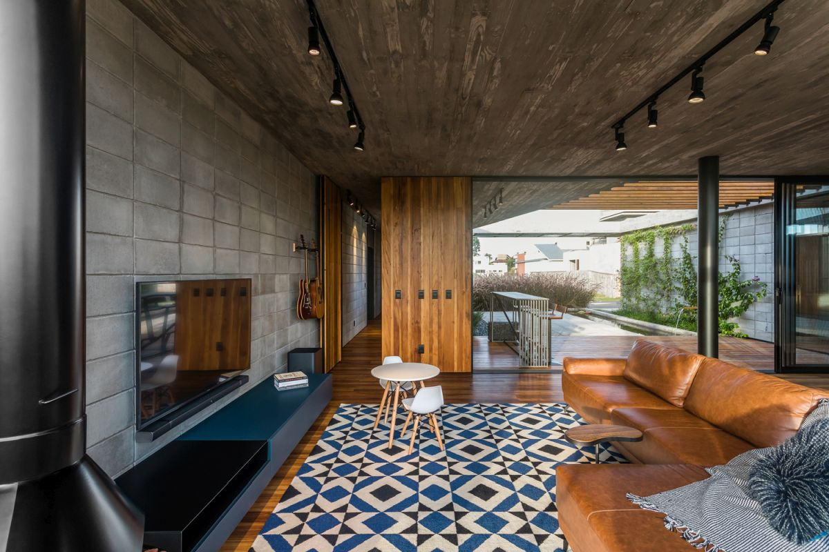 The interior design puts emphasis on the selection of natural and pure materials