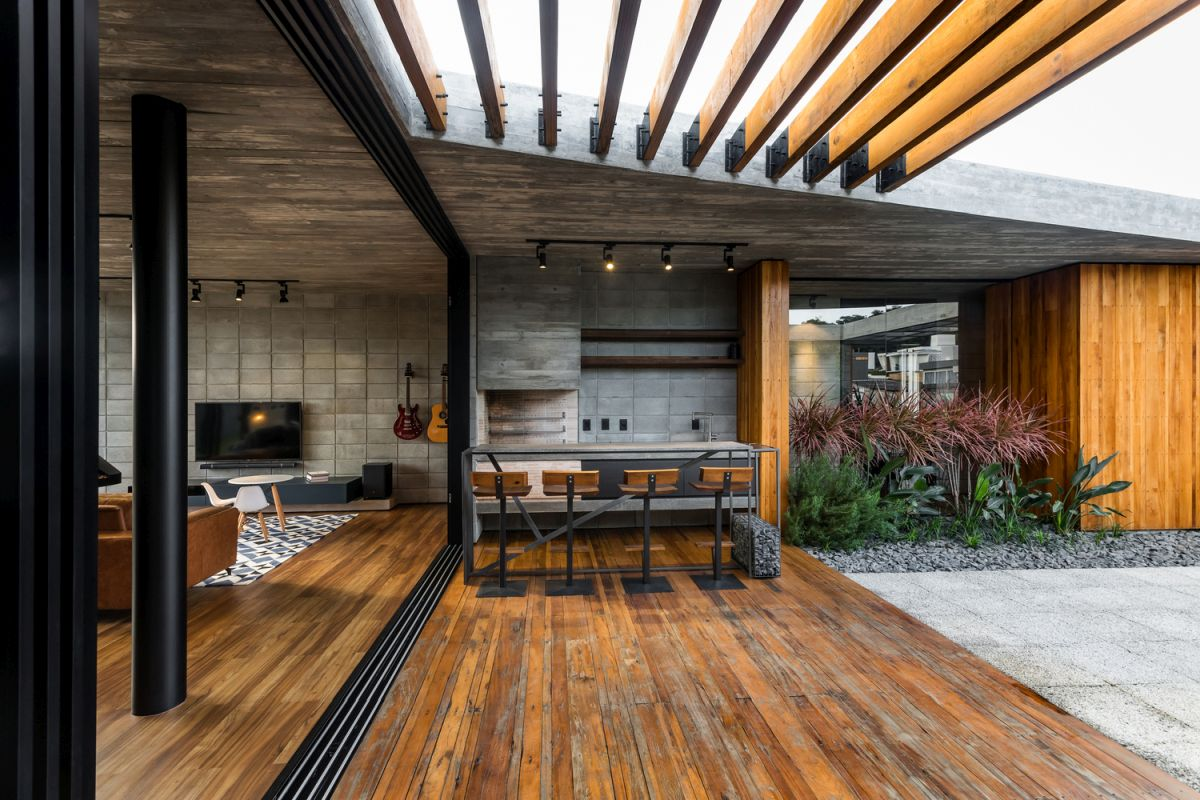 The central courtyard has a separate barbecue area with a wooden pergola