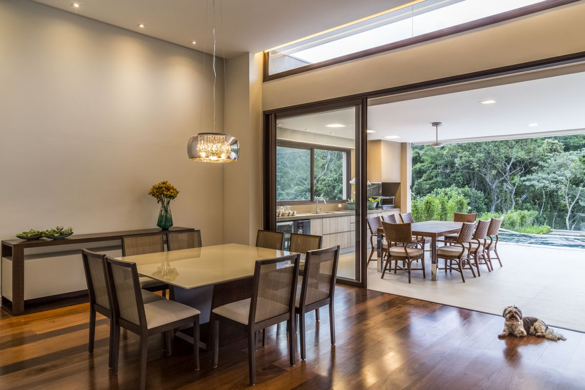 The seamless transition between the indoor and the outdoor spaces blurs the physical boundaries completely