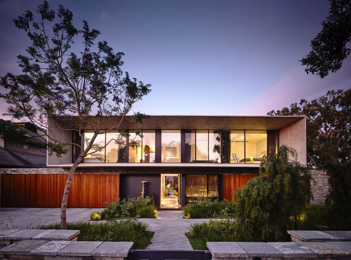 The house fits beautifully into this eclectic neighborhood and shows subtle references to mid-century modern design