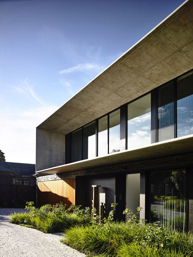 The first floor is cantilevered and forms a sheltered area in continuation to the interior spaces