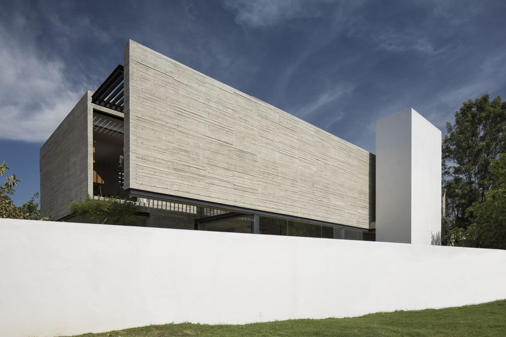 The concrete volume houses all the private areas and has a closed off design