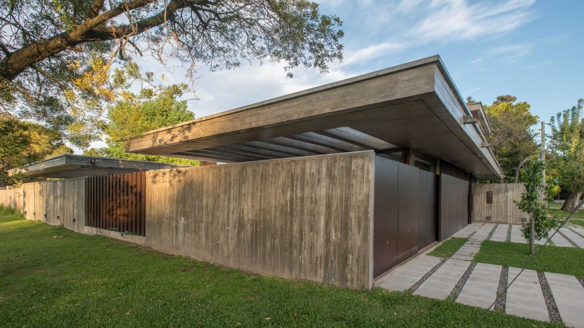 The materials, colors and textures were carefully selected to help the house blend into its surroundings