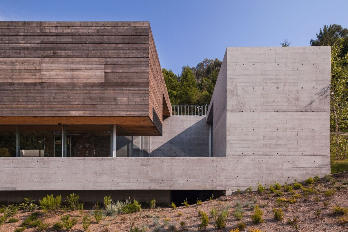 The concrete base and overall frame give the house a robust look with very clean and well-defined lines