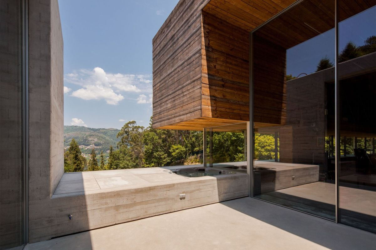 The spectacular views are maximized throughout the house in all sorts of magnificent ways