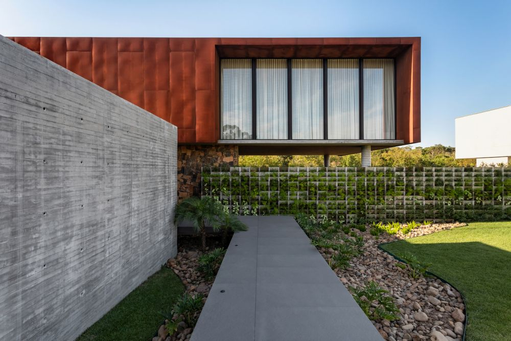 A beautiful green wall runs along the site and frames the beautiful house and its garden