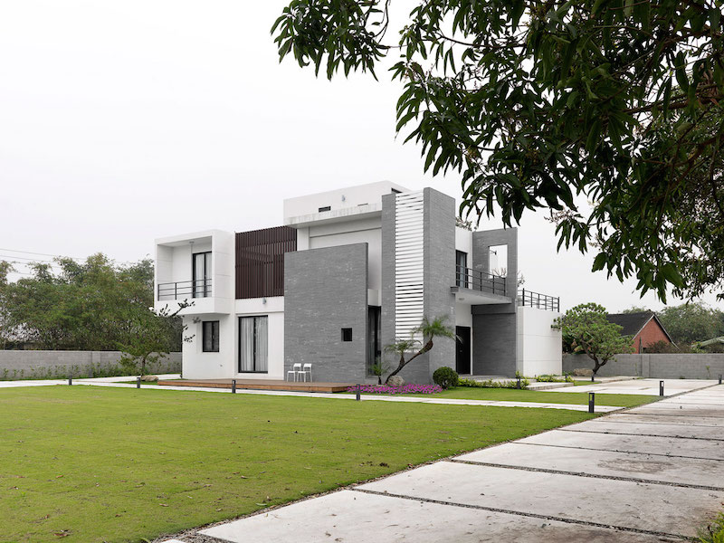 Four Season House architecture and lawn