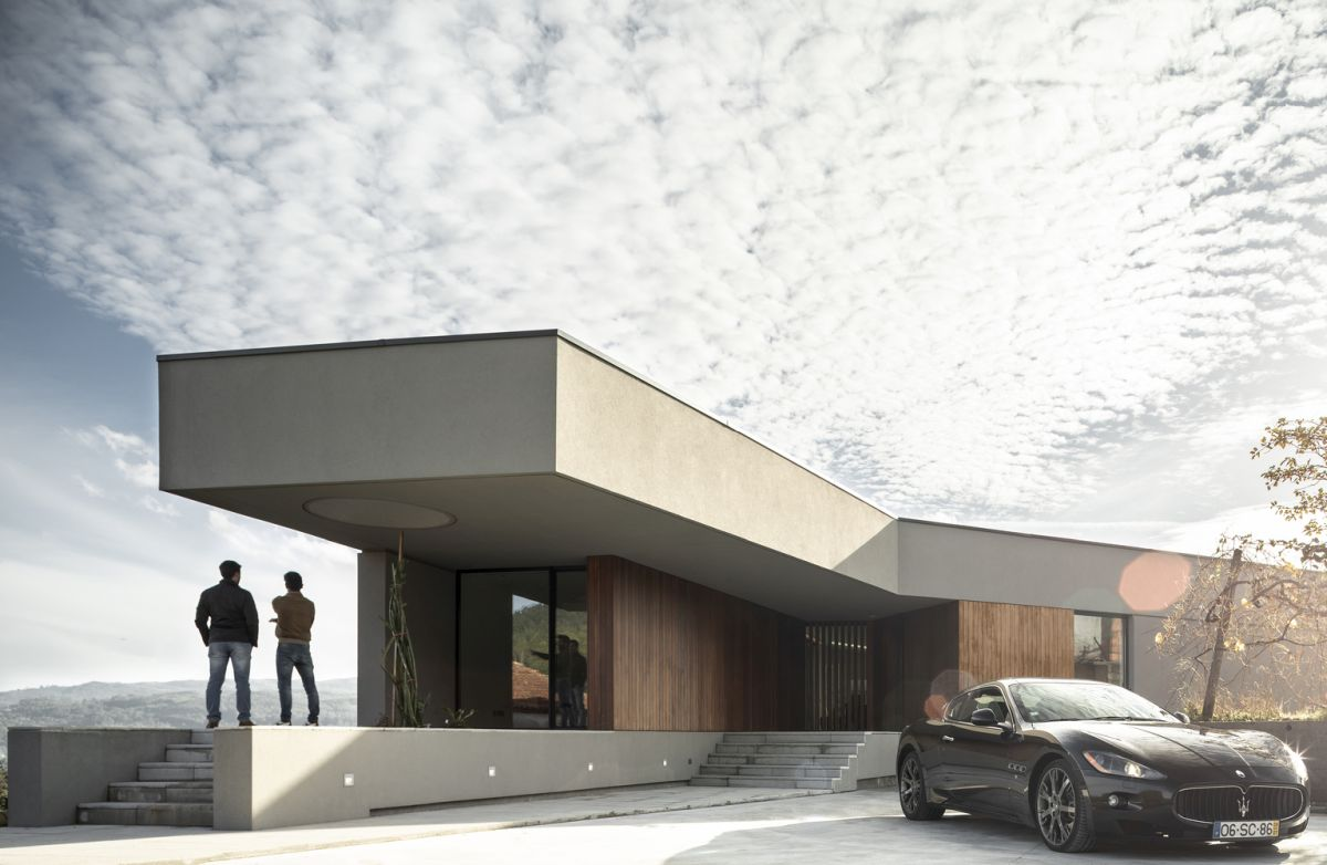 The flat roof cantilevers to form patios and terraces, ensuring a seamless indoor-outdoor transition