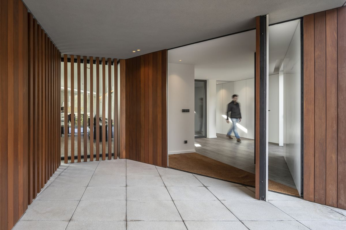 The covered surfaces add warmth to the house and make even open spaces look inviting