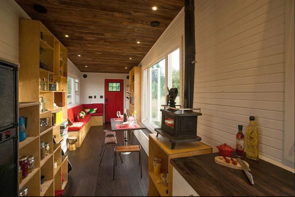 The space inside feels very welcoming thanks to all the wood used on the walls, floor and ceiling