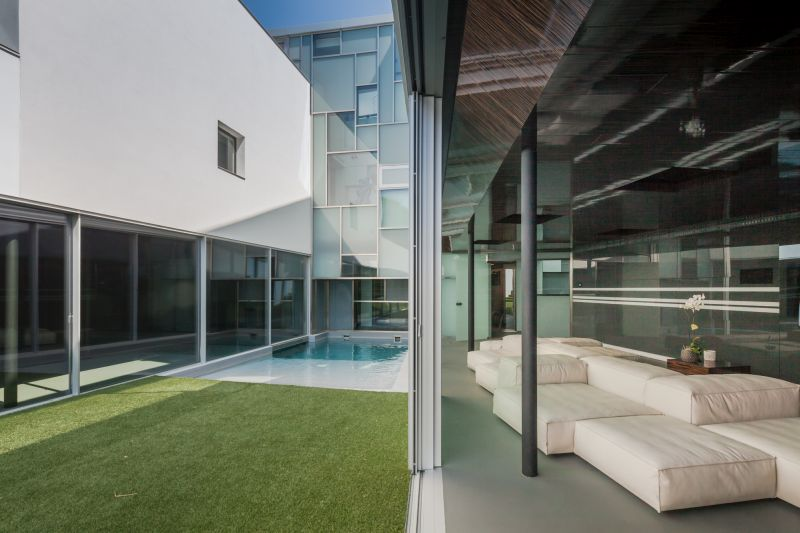 House H in Madrid central corridor with pool