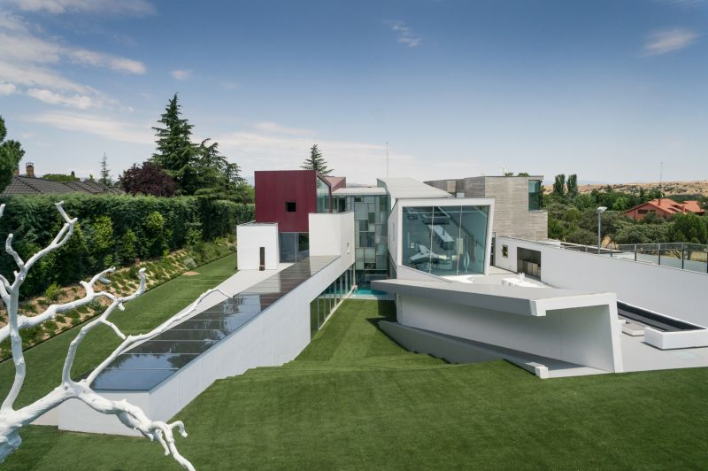 House H in Madrid lawn and stairs