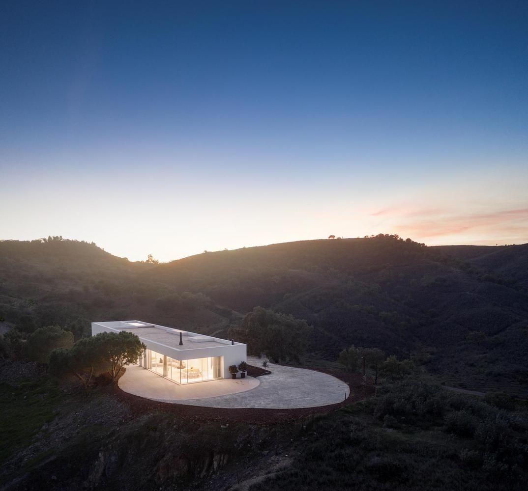 The E-W orientation maximizes the impact that the natural light and views have on the house