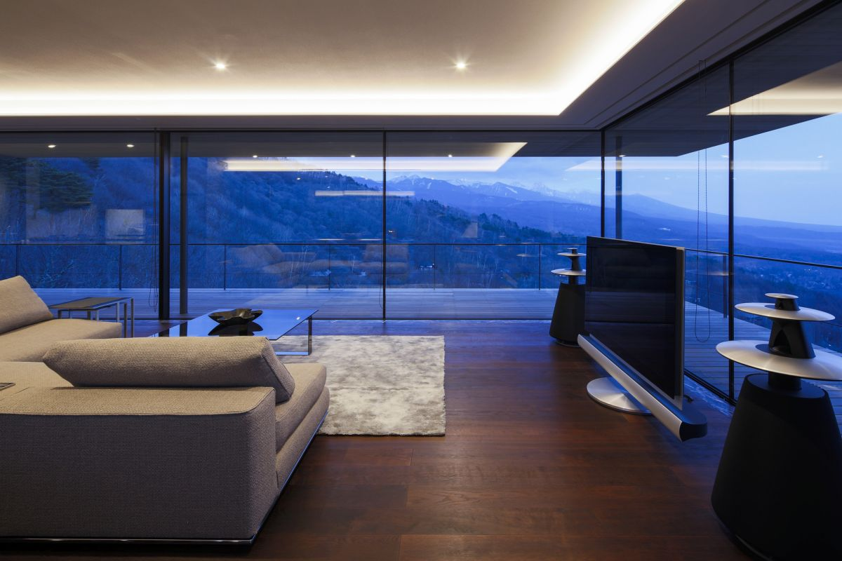 Although the house features high ceilings, the focus in on the horizontal views which are maximized thanks to the huge glazed surfaces