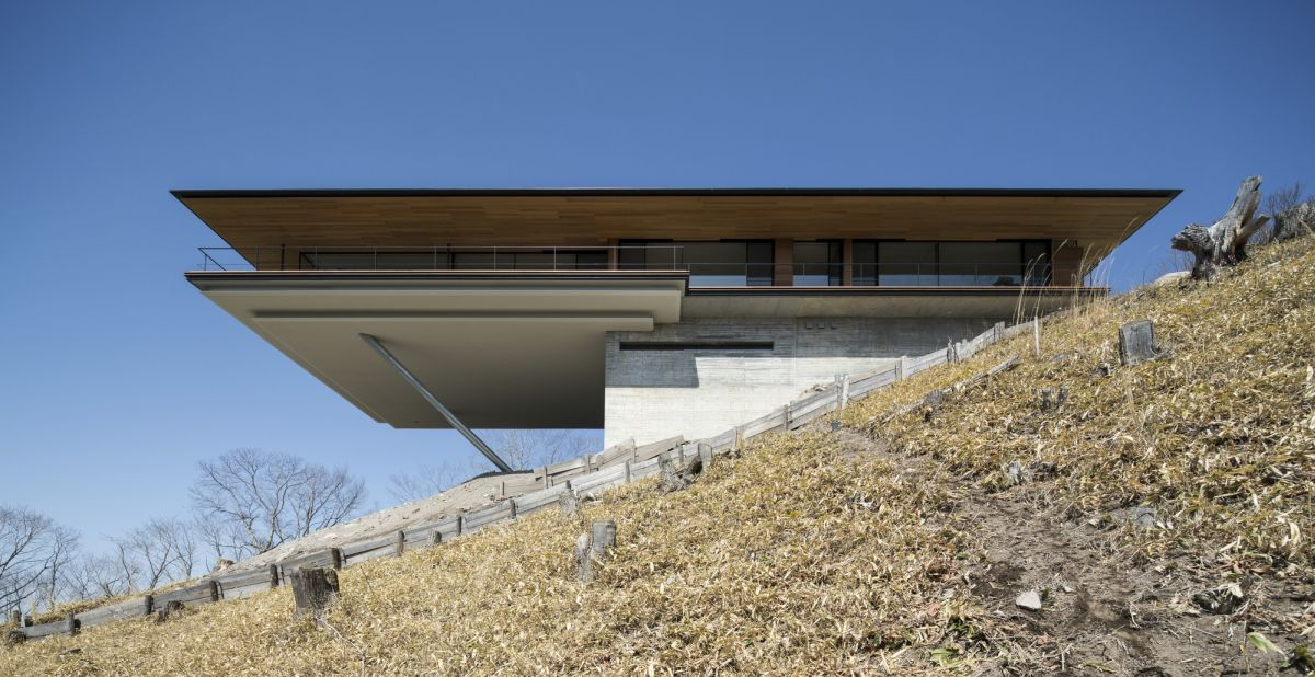 You can clearly see the steep angle of the sloping site and the division of spaces by looking at the house from the side