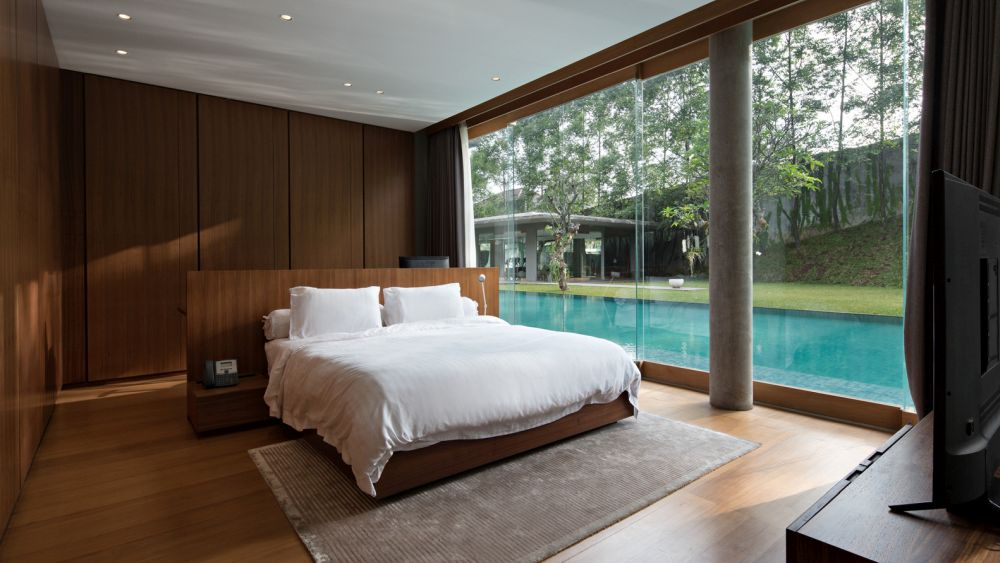 The private areas also enjoy a strong connection to the outdoors and to the swimming pool in particular