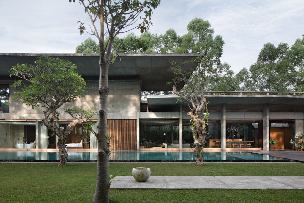 The deep roof overhangs shelter the house from direct sunlight and rainfall