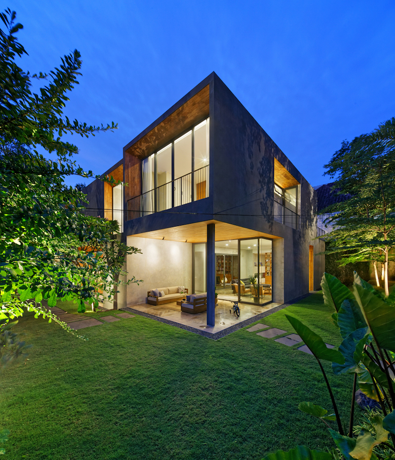 The house is built on a corner lot and enjoys a very strong and special connection with its immediate surroundings