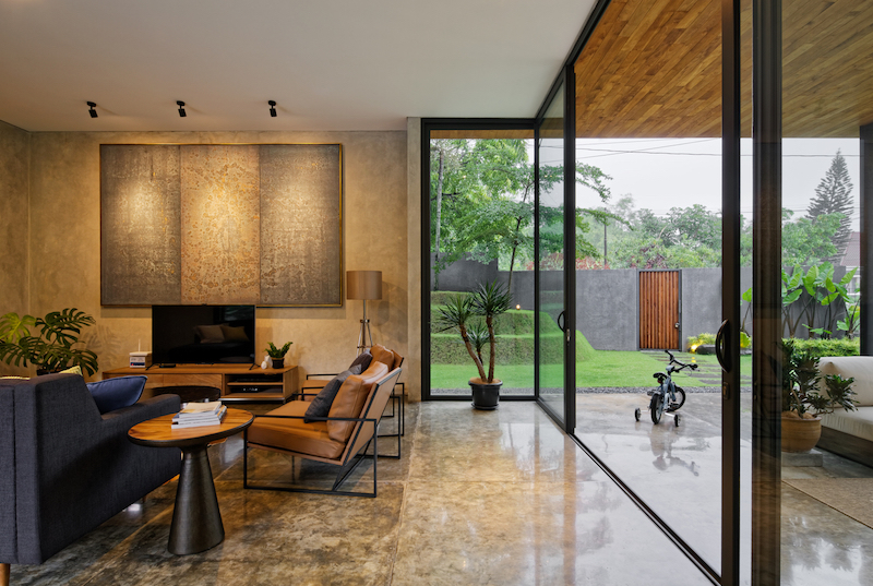 The interior functions of the house are organized in a practical and efficient manner, thus forming three large volumes