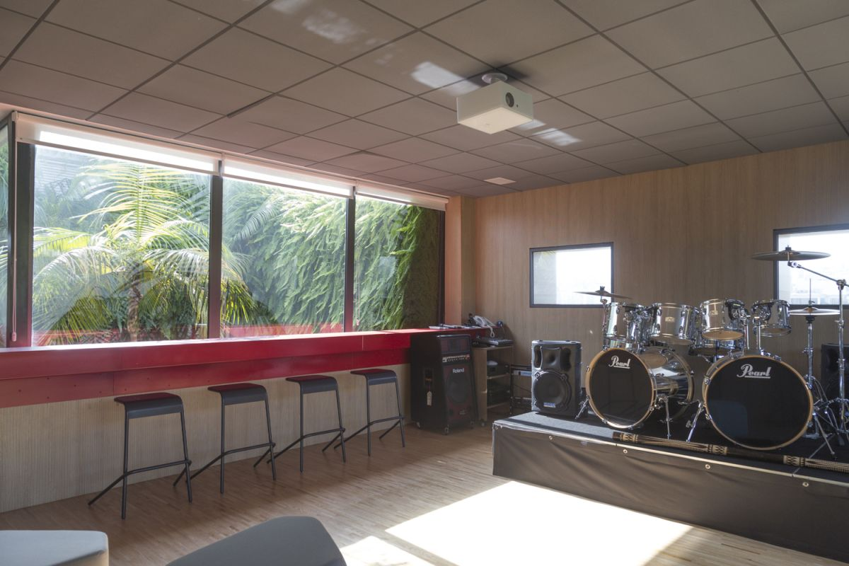 The plant forest outside is relaxing and provides a special backdrop fr this room.