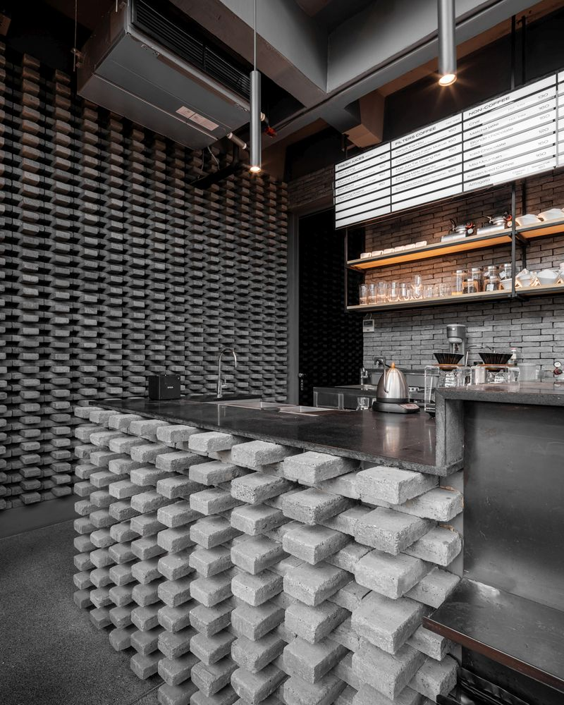 The interior design as a whole is eclectic, featuring industrial elements combined with a contemporary decor