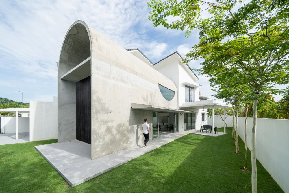 The extension adds a new series of living areas and brings the house closer to the garden