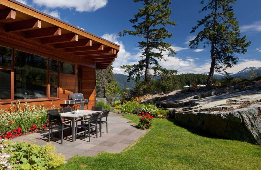 Lakecrest-Residence-outdoor-dining-area