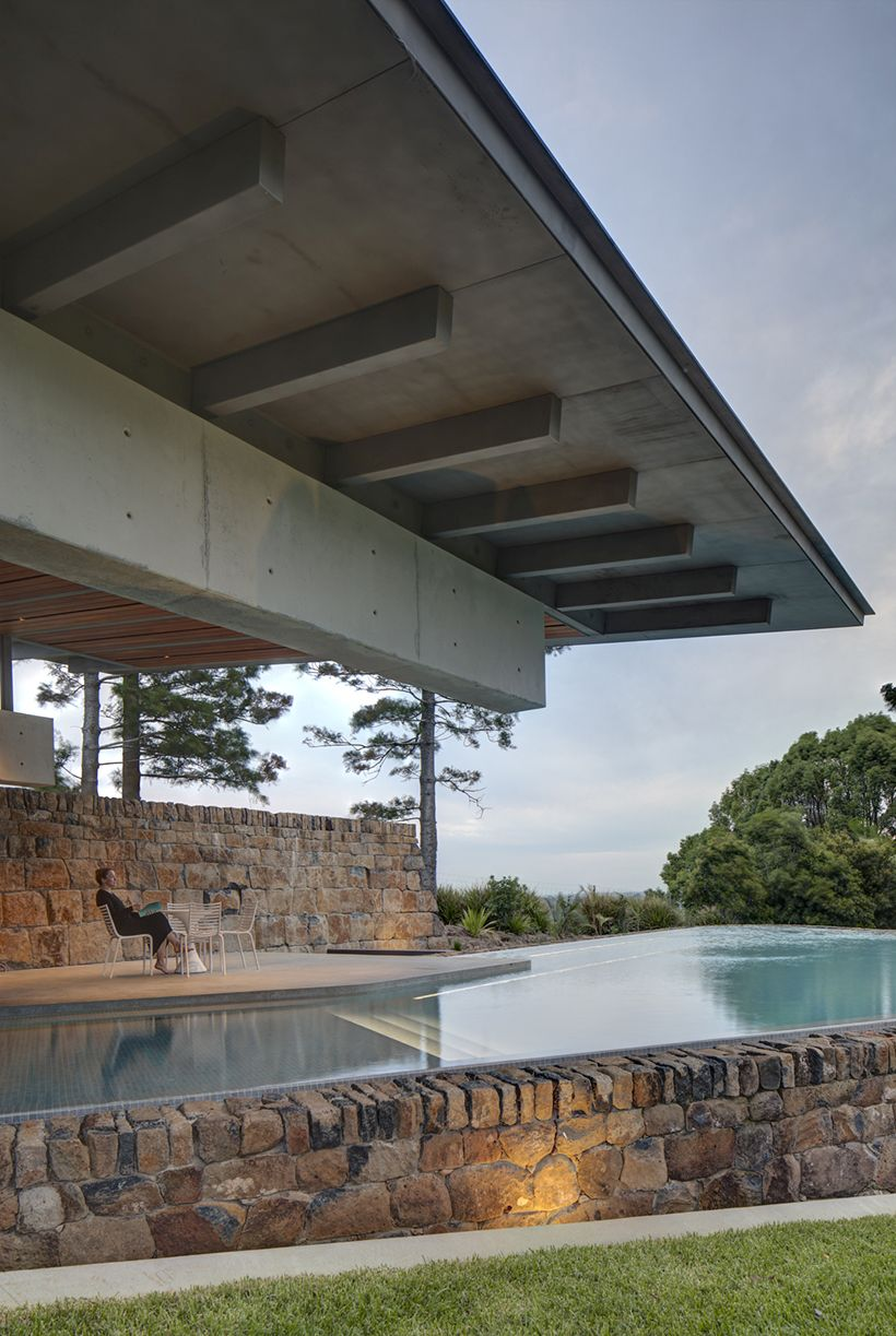 The swimming pool is surrounded by stone walls too which establishes a very nice visual connection with the pavilion