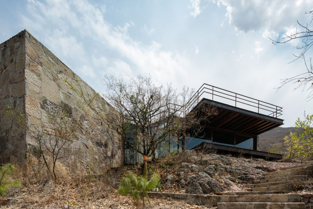 In contrast, the northern volume overlooks the surrounding landscape and takes full advantage of its elevation
