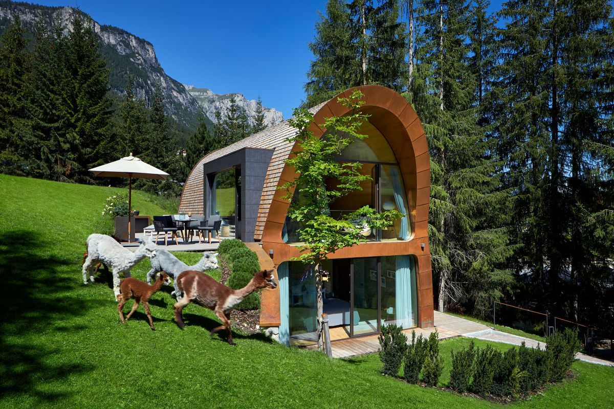 Instead of a typical pitched roof the chalet features soft curves which give it a very pleasant look