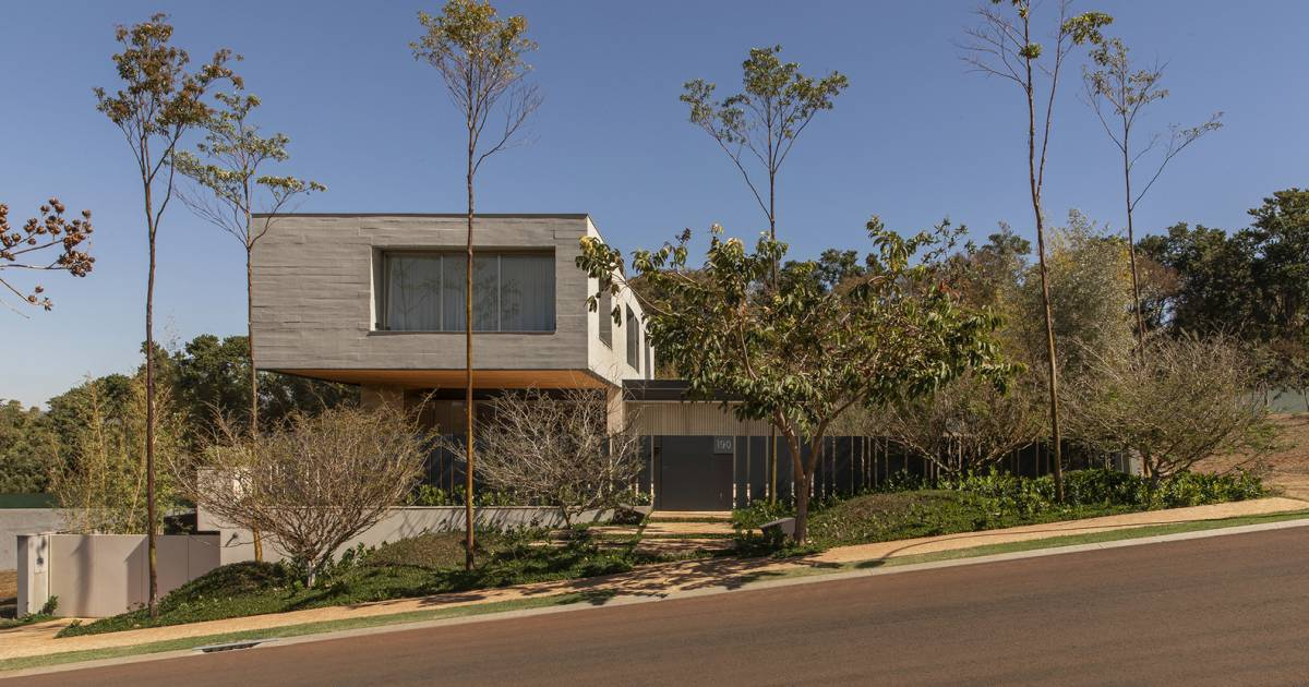 The site on which the house is built has a slope which was elegantly accounted for in the design