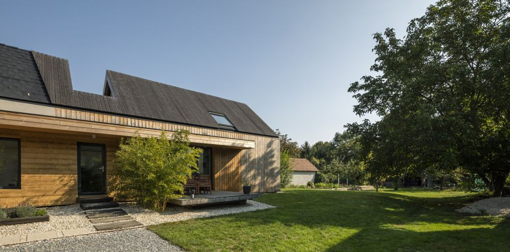 The wood cladding gives the house a certain rustic flair while also giving out a modern vibe