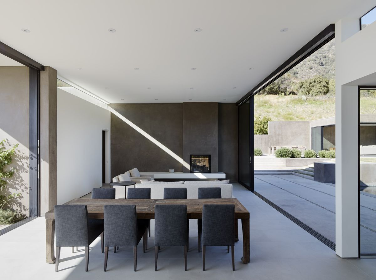 The simplicity which defines the exterior of the house is also notable indoors where the materials, finishes and colors are very simple