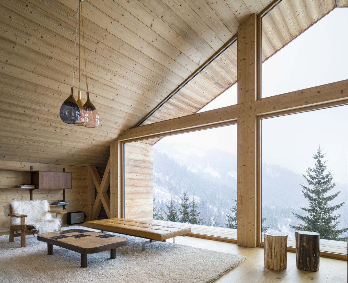 Large windows expand across the top floor, letting in lots of light and magnificent views of the valley