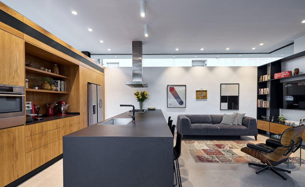 The interior design of the house is welcoming, warm and cozy thanks to the materials, textures and colors used