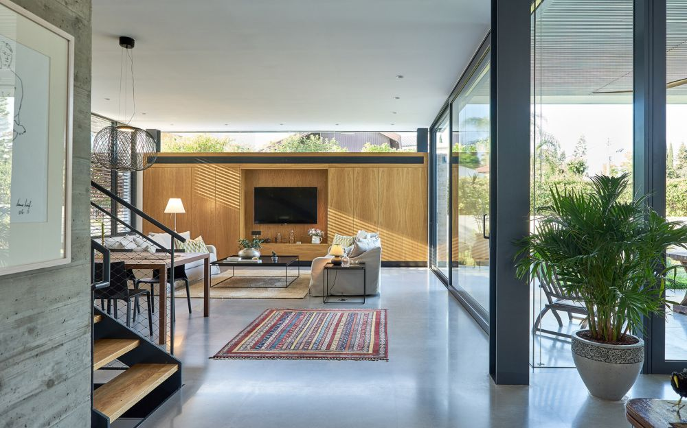 A series og H-shaped columns frame the ground floor and offer support, allowing it to be open