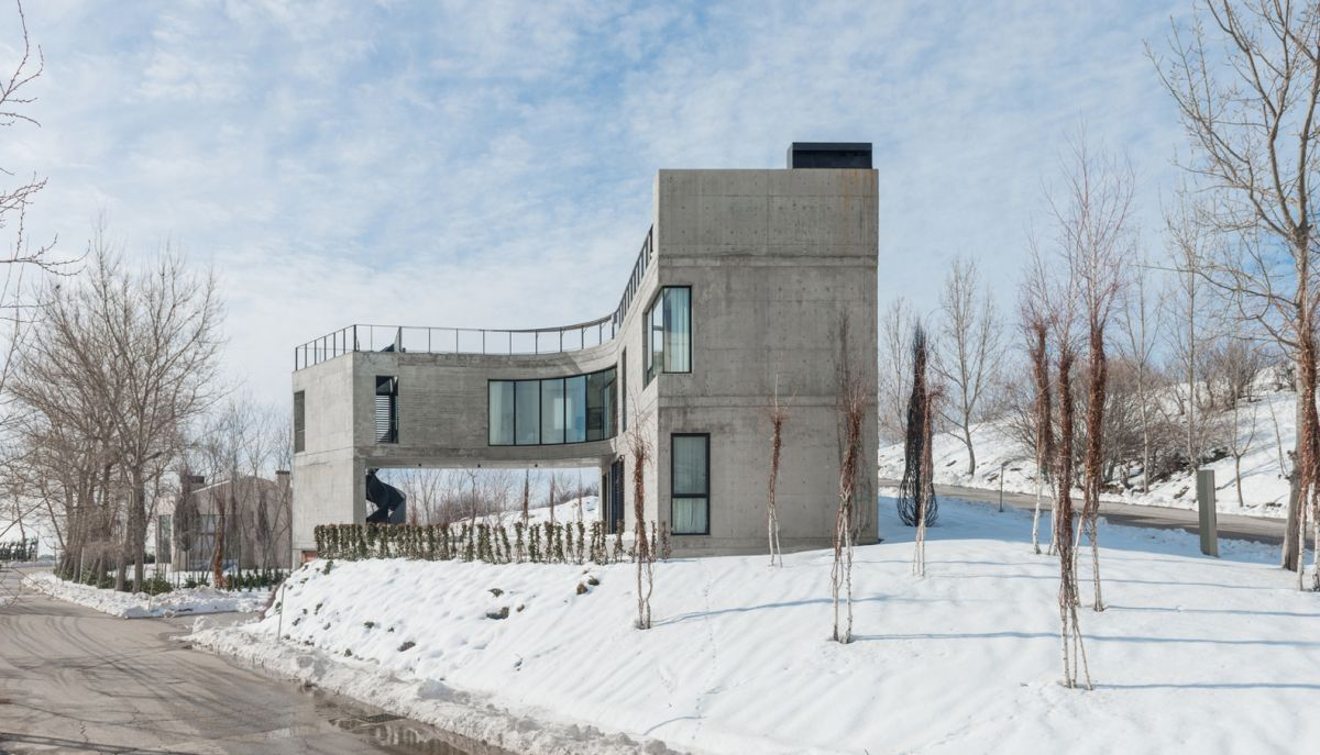 It's not just the triangular site that shaped this house but also the unusual climate