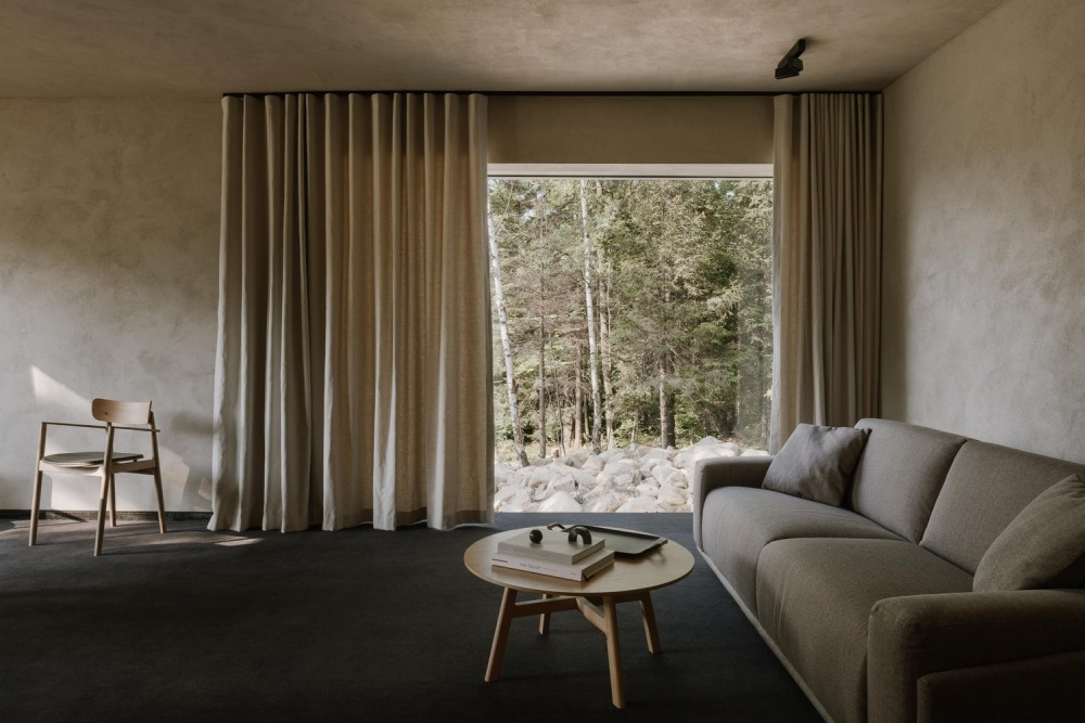 The colors used for the interior are soft and earthy, in tone with the beautiful views