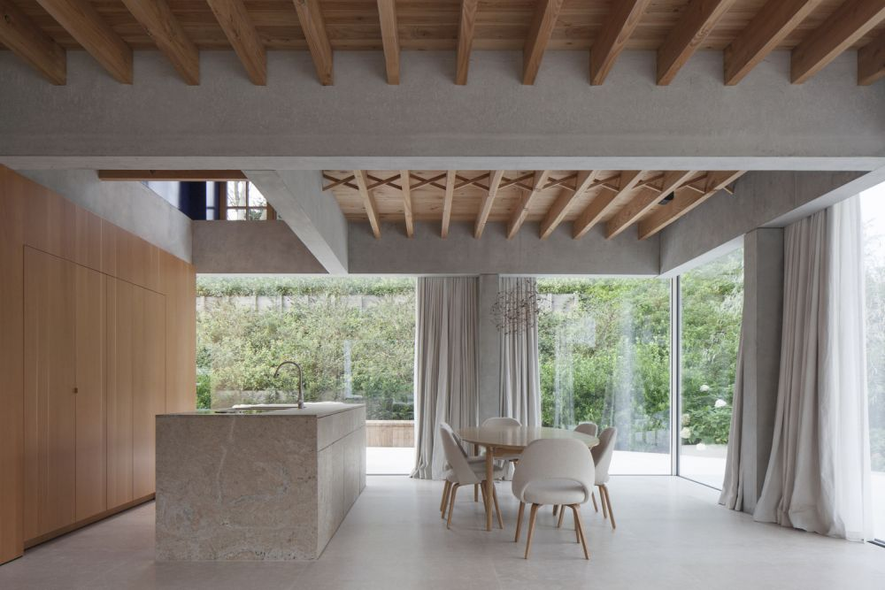 The fully transparent ground floor allows the house to enjoy a very strong connection to the its surroundings and the outdoors