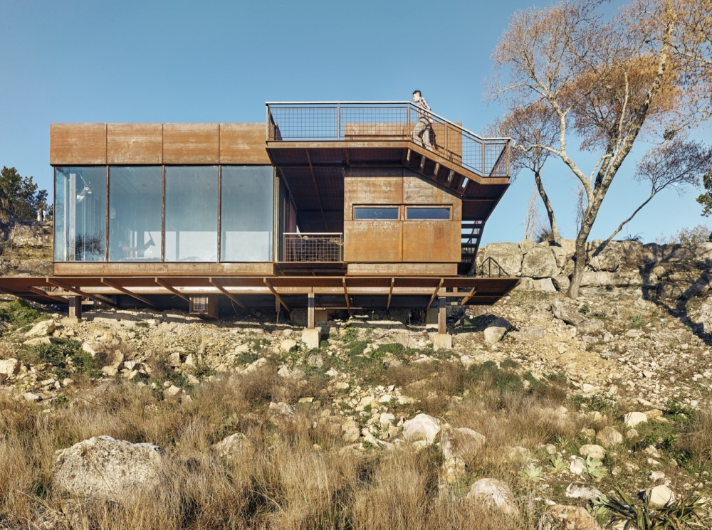 The way in which the cabin was built also allows it to have a minimal impact on the land