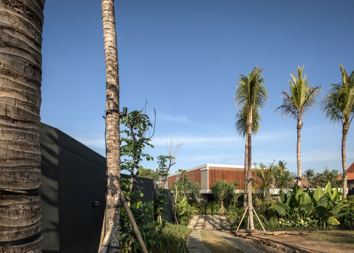 The tropical landscape which surrounds the site makes this a perfect location for a relaxing retreat