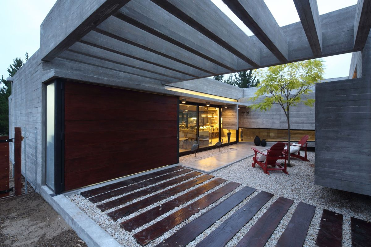 S & S House in Argentina courtyard lounge