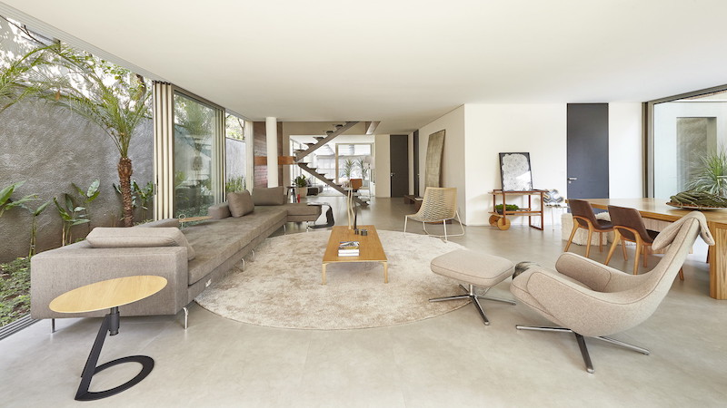 The interior spaces are framed by nature in one way or another and their neutral colors blend well with the green