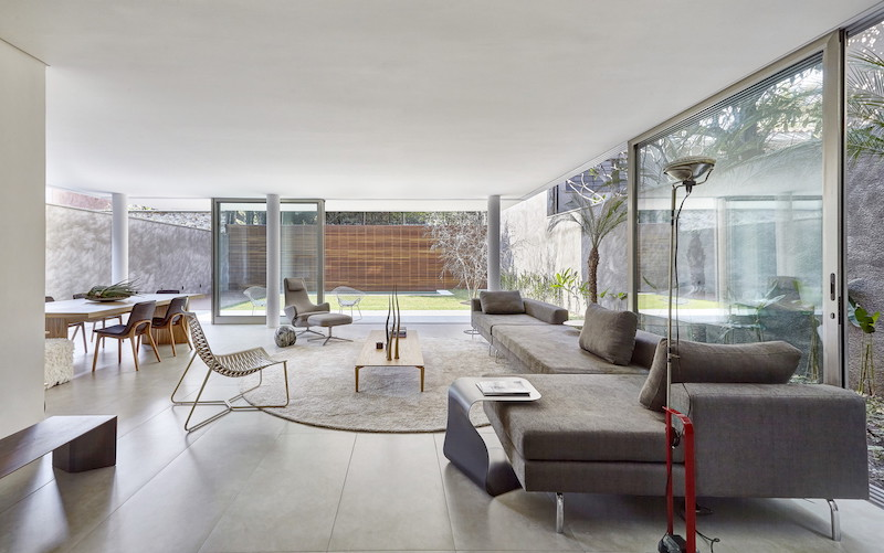 Although the living area lacks a tall ceiling, this doesn't stop it from being bright and open
