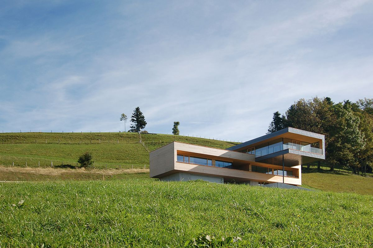Single family home with clear view on side