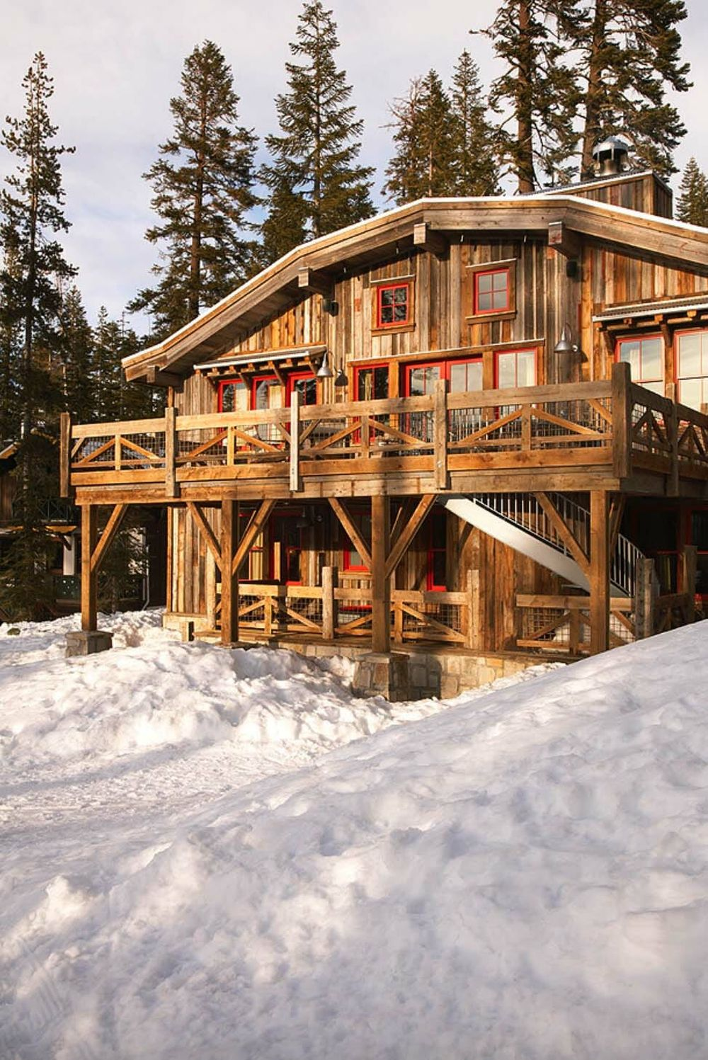 The cabin is rustic, warm and cozy and also connected to its surroundings in a seamless manner