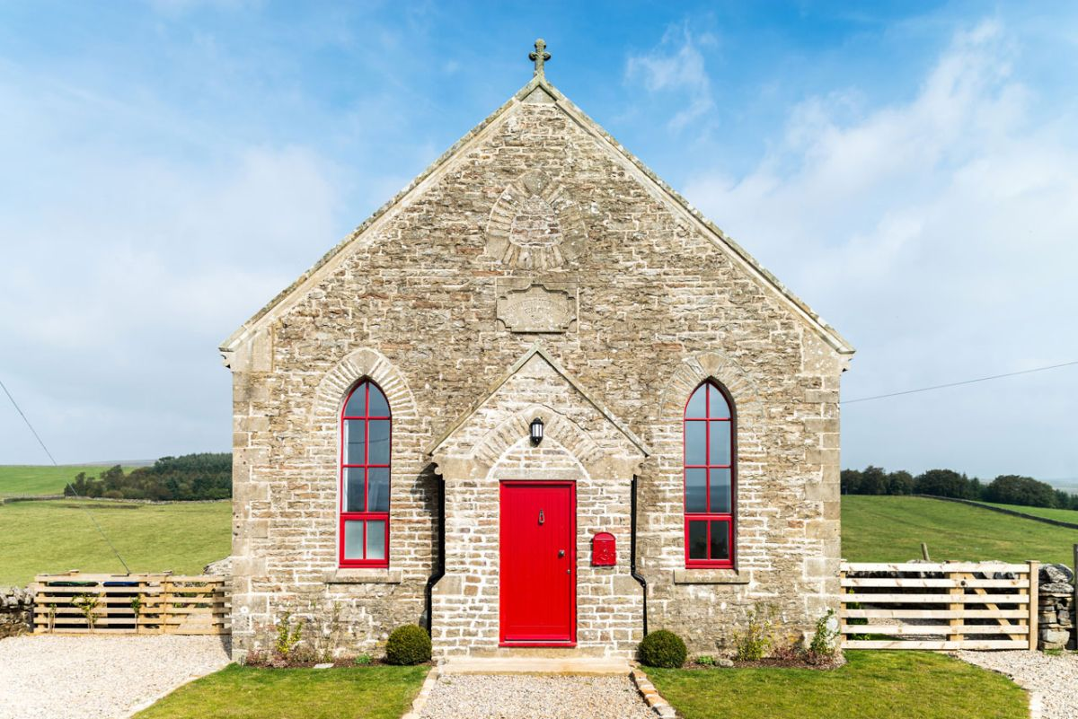 The Chapel holiday cottage red front door and window frames