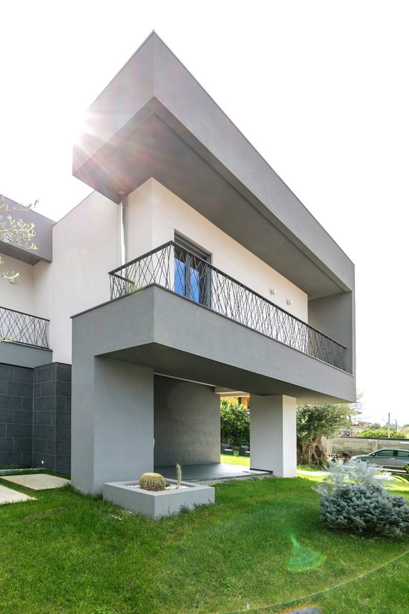 Balconies and terraces engage the garden and extend the living spaces towards the outdoors